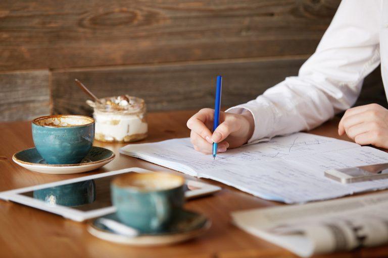 So schreibst du eine Bachelorarbeit Einleitung – Anleitung + Beispiele